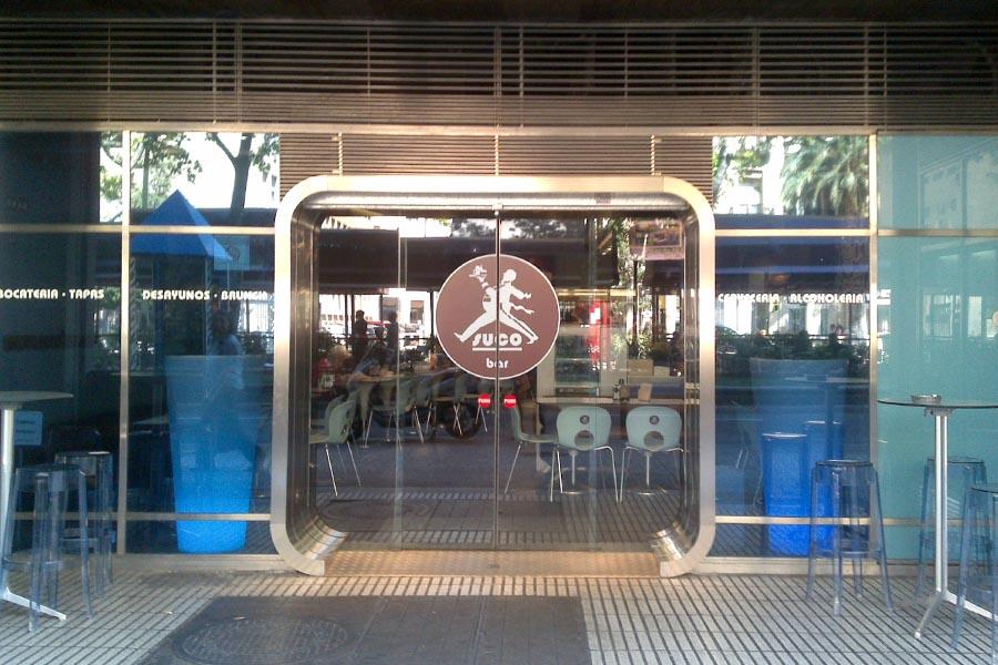 puerta de acceso bar