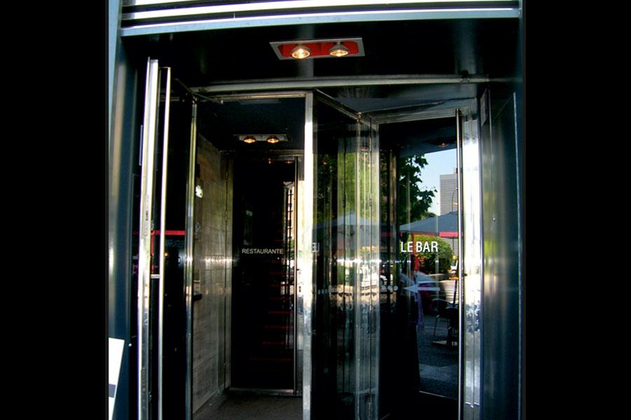 puerta de acceso de metal