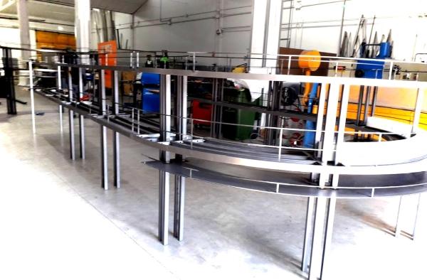 Botellero de metal en fabricación