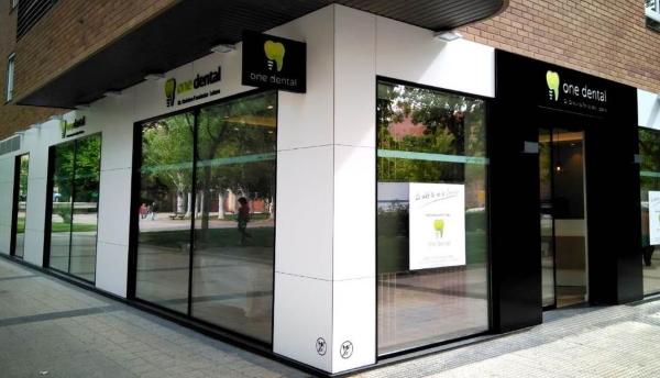 Fachada Trespa y Alupanel clínica dental en Zaragoza